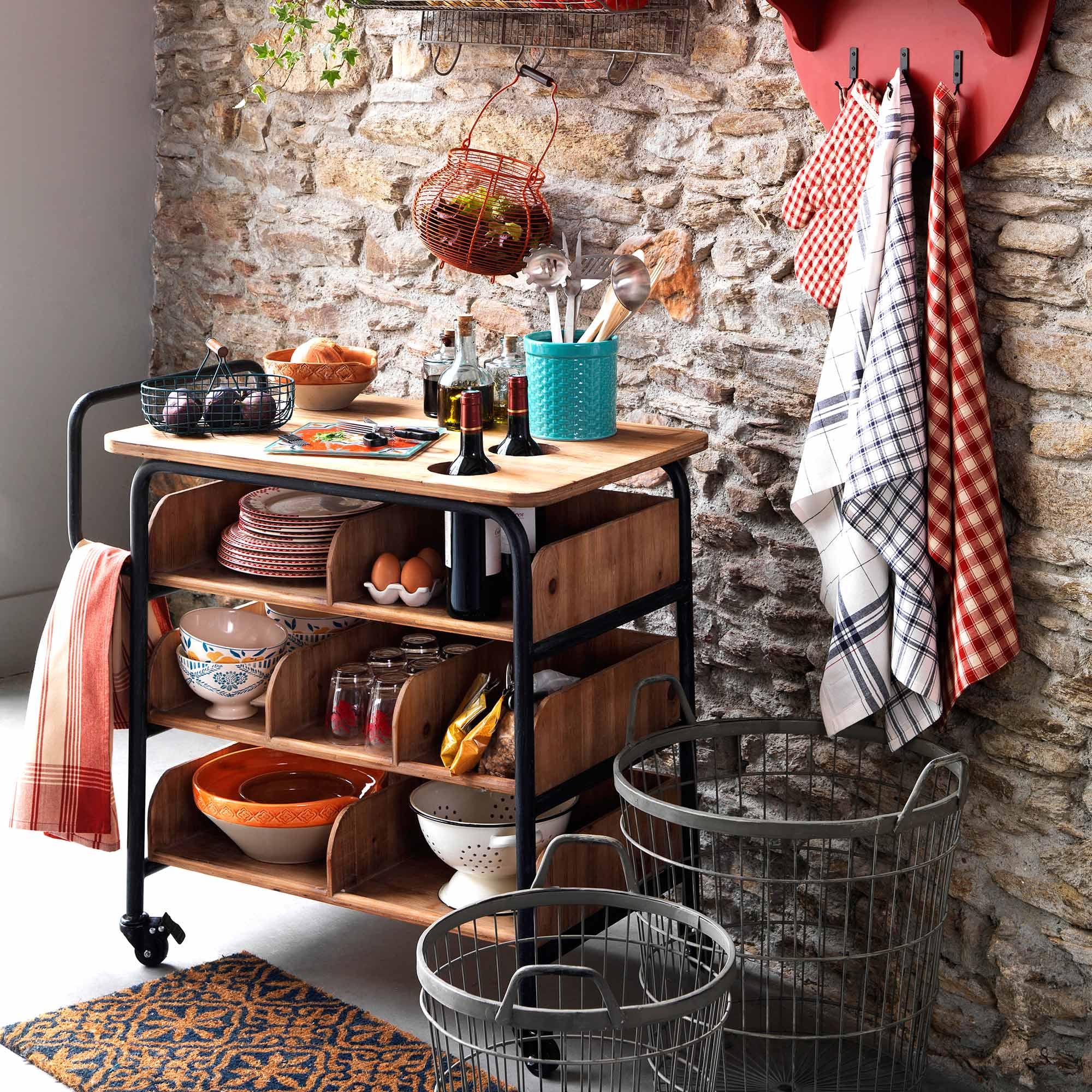 Передвижной столик с полками на кухне