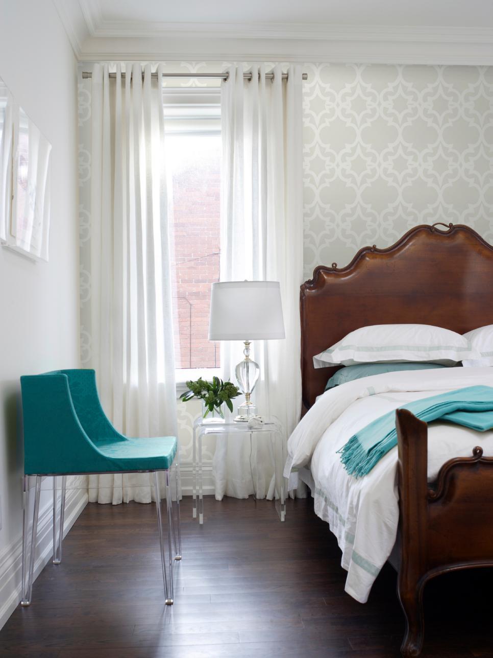 Комбинирование светлых обоев в спальне