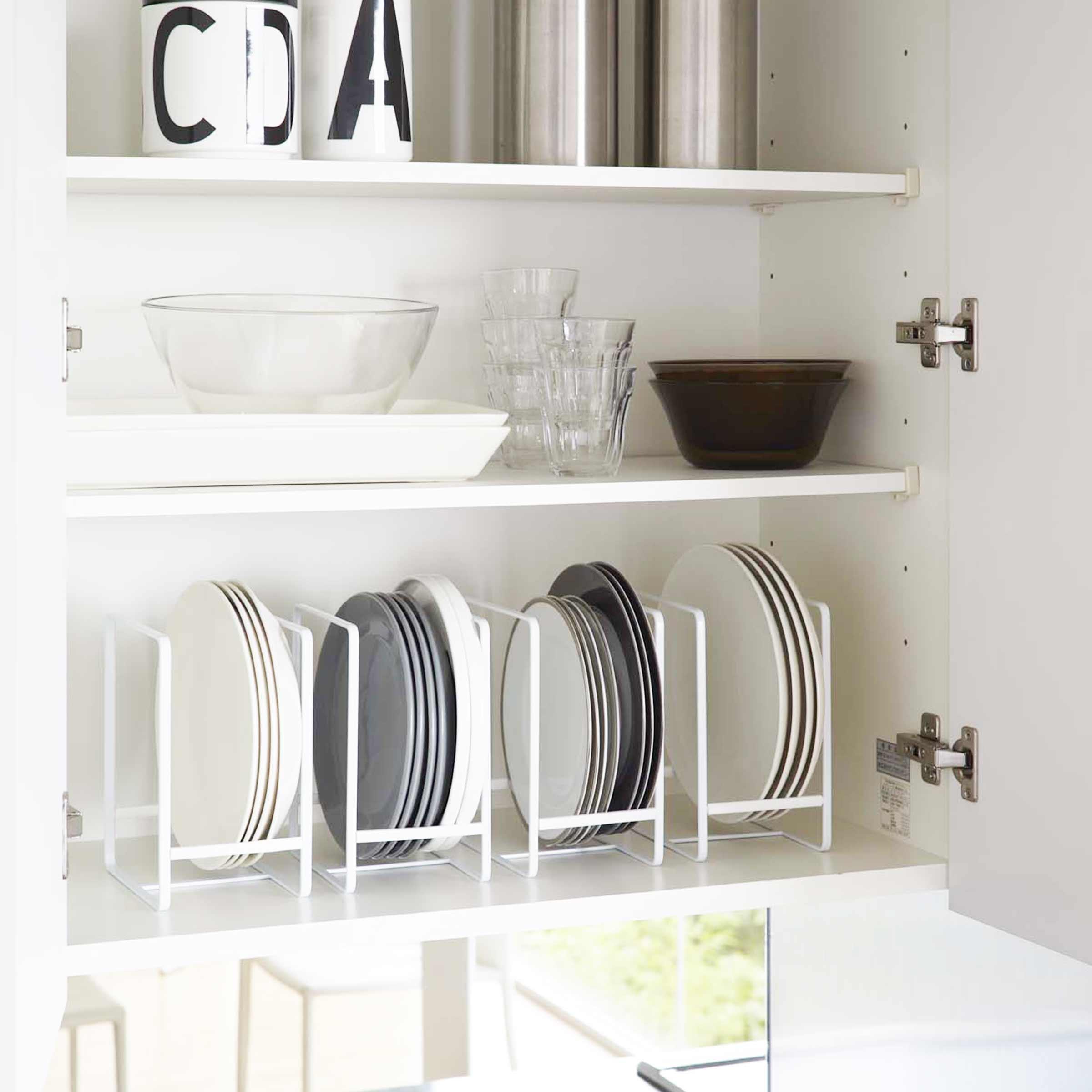 Компактное хранение тарелок на кухне