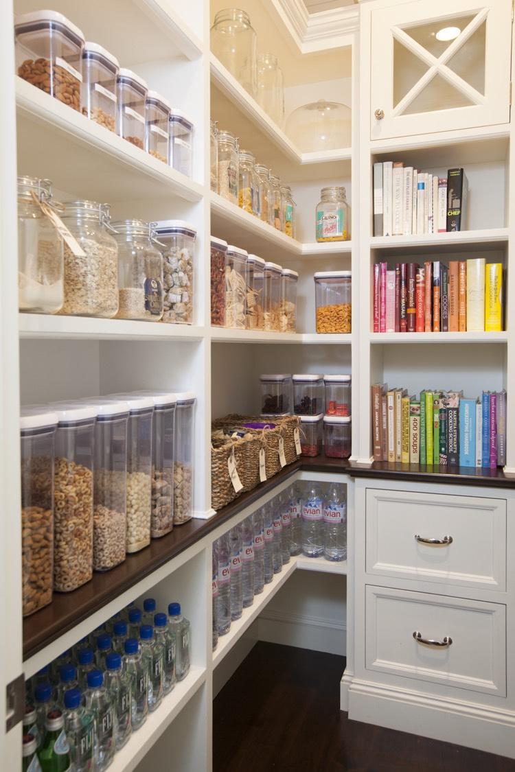 Компактное хранение в угловом кухонном шкафу