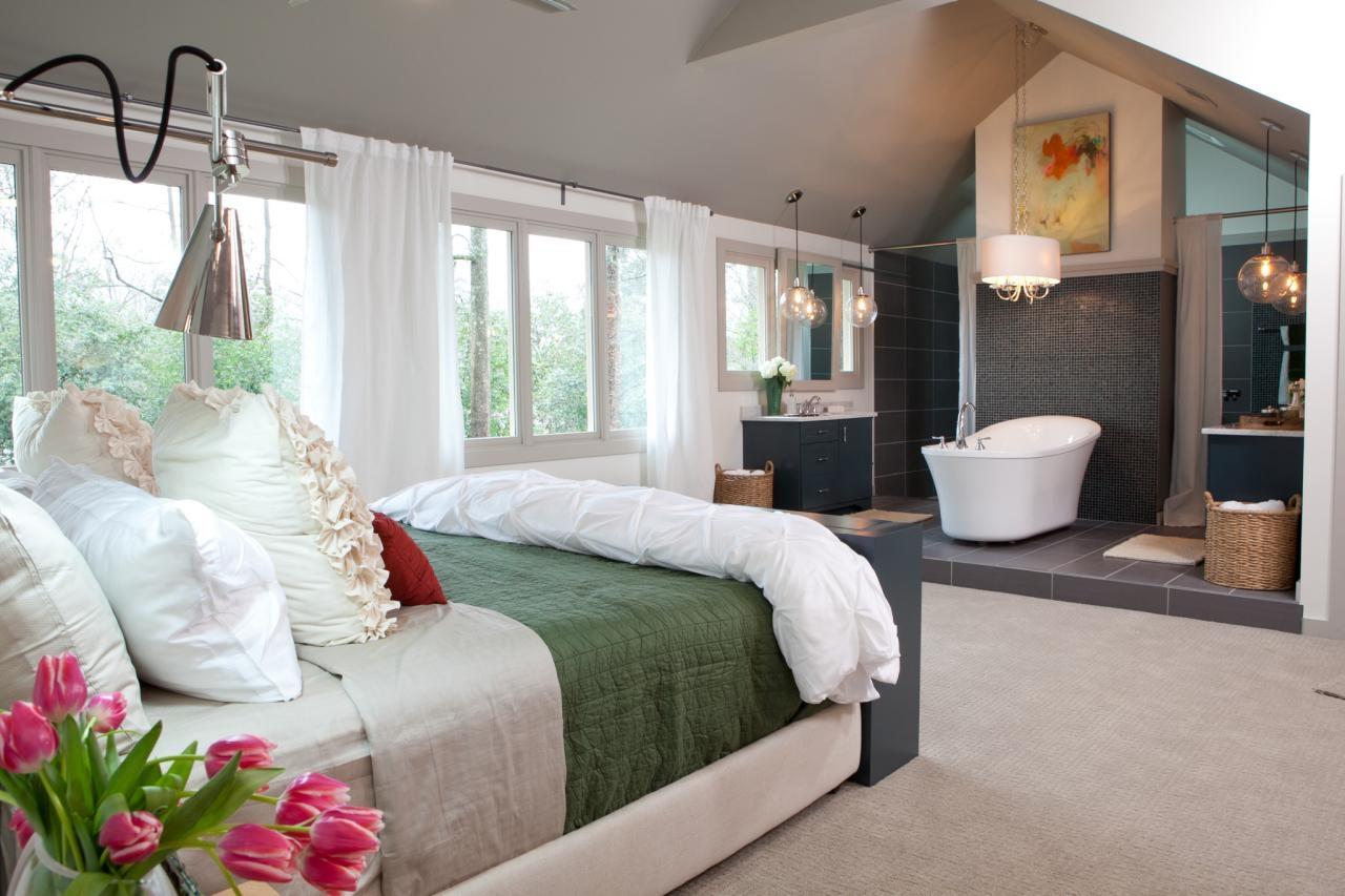 Спальня в мансарде с ванной
