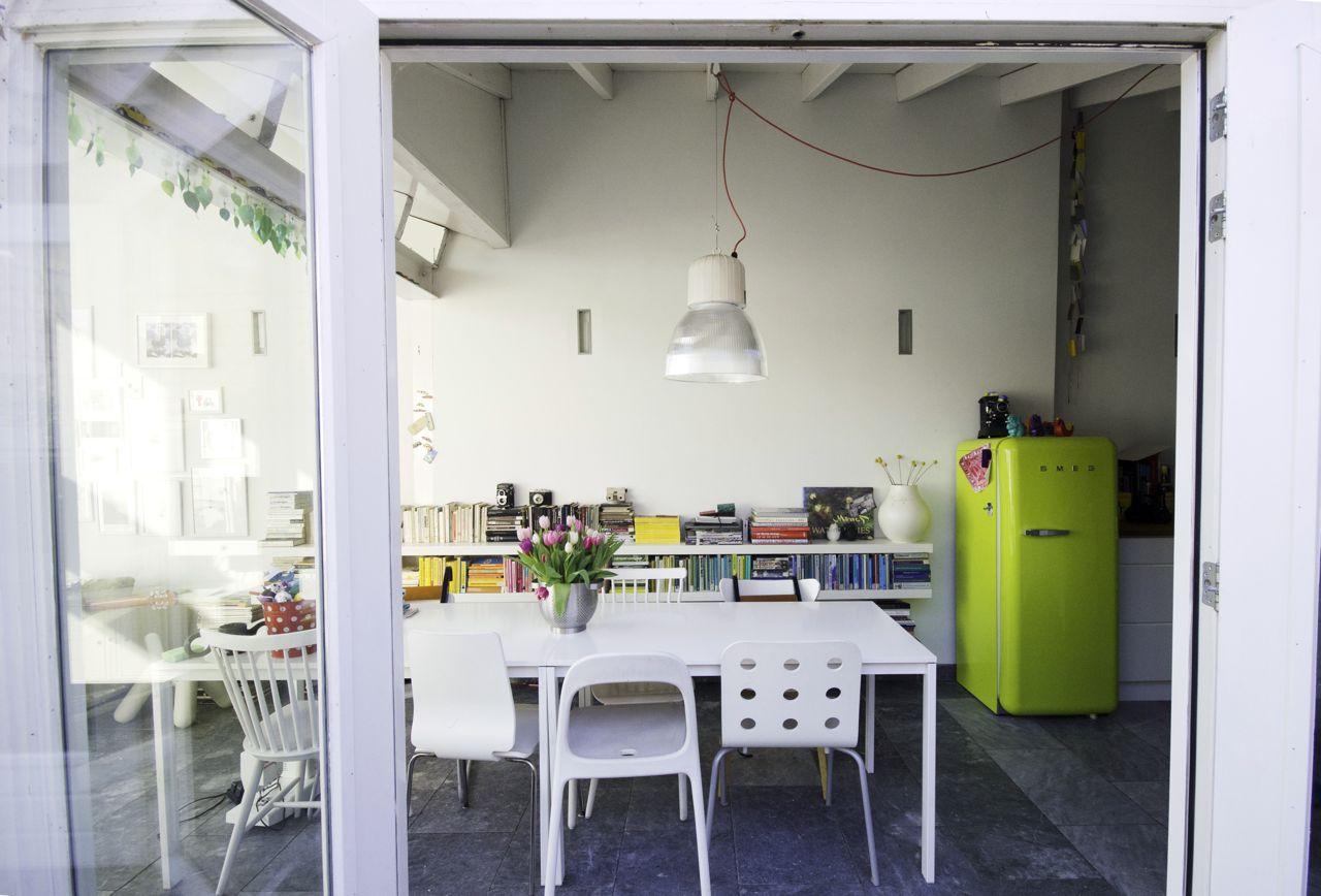 Яркий холодильник на кухне