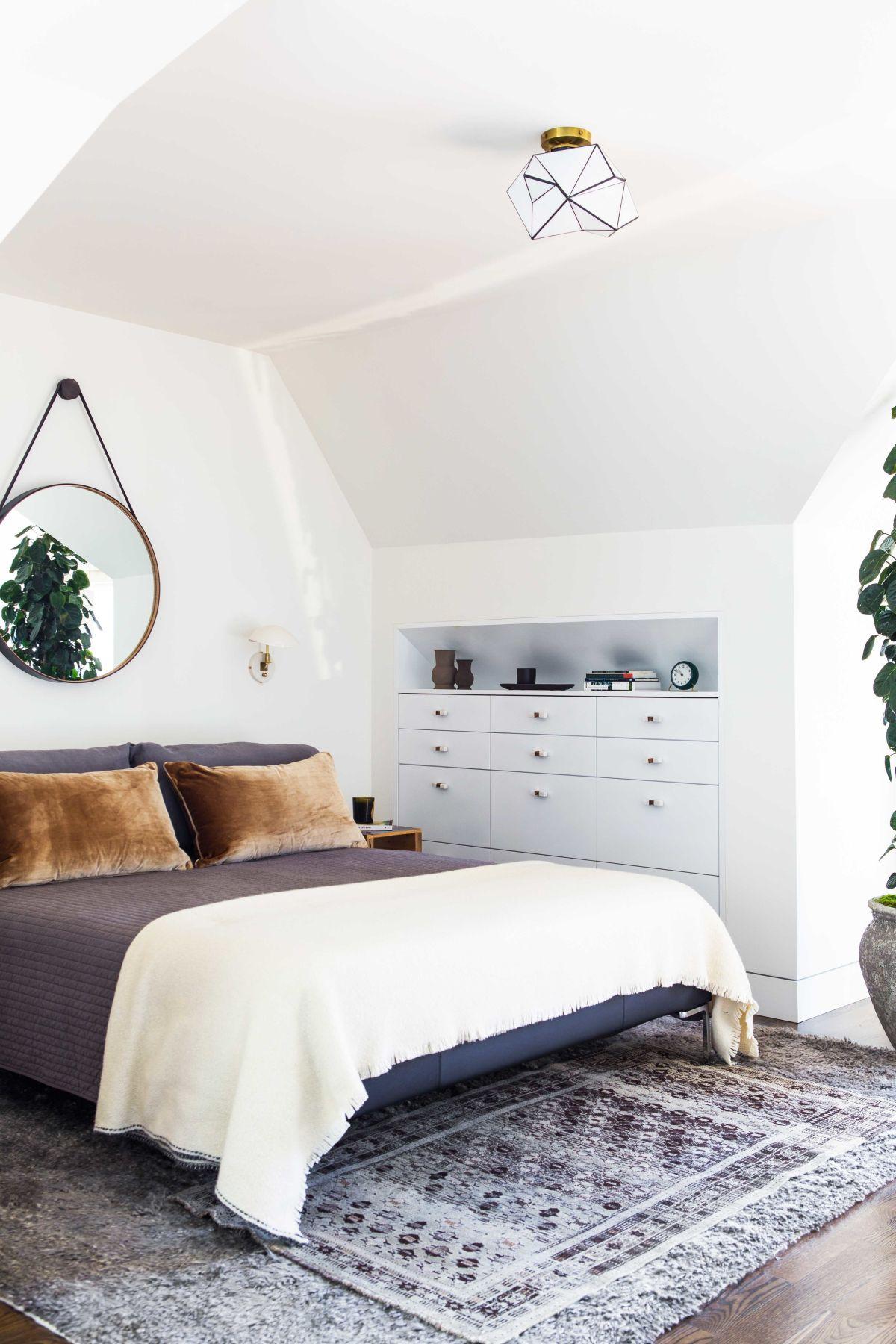 Спальня в мансарде с зеркалом