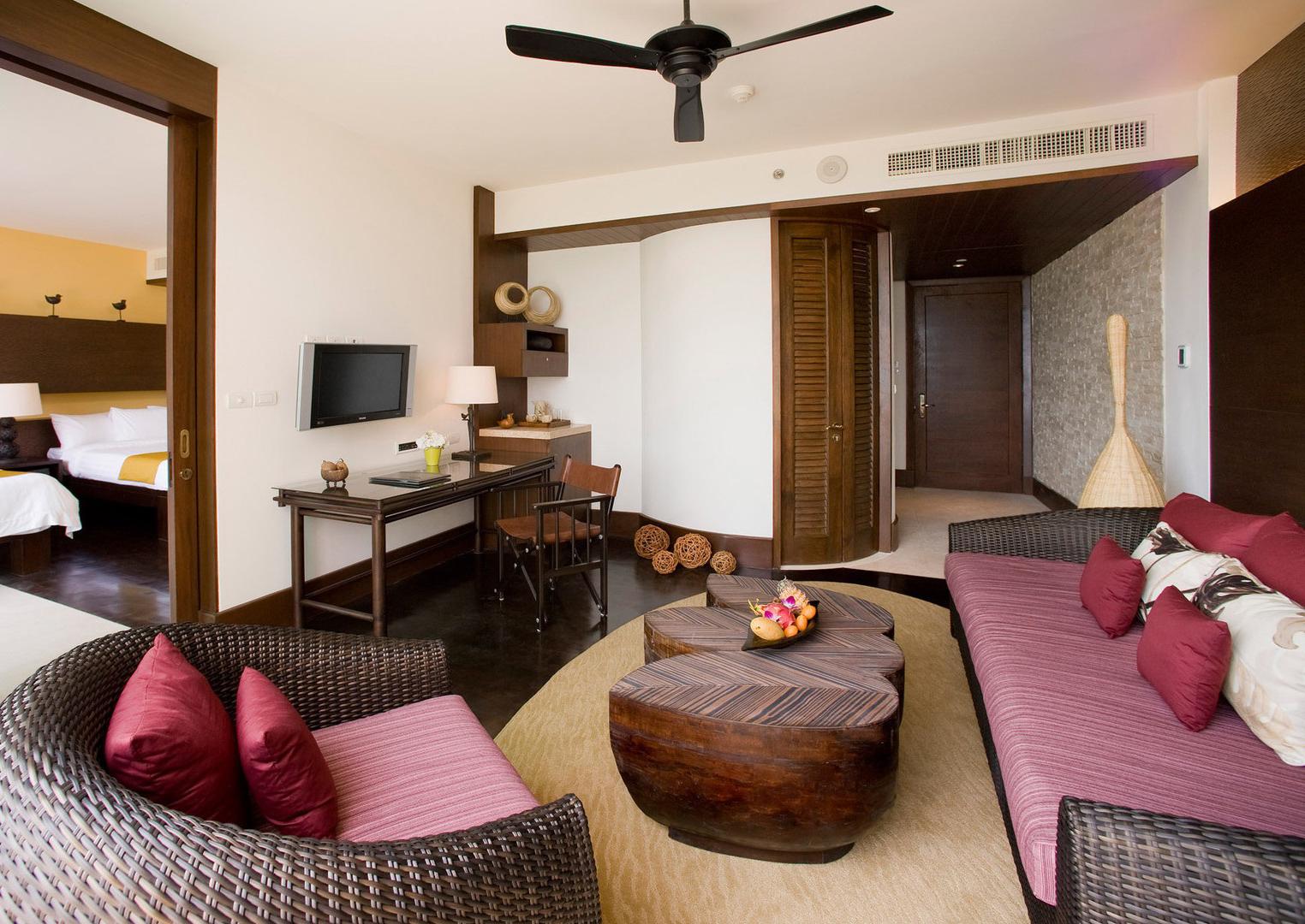 Плетеная мебель и деревянный журнальный столик в гостиной