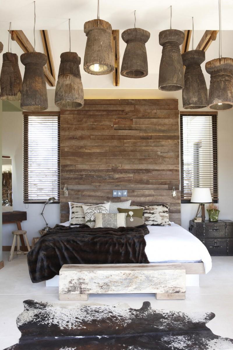 Спальня в африканском стиле с деревянными деталями