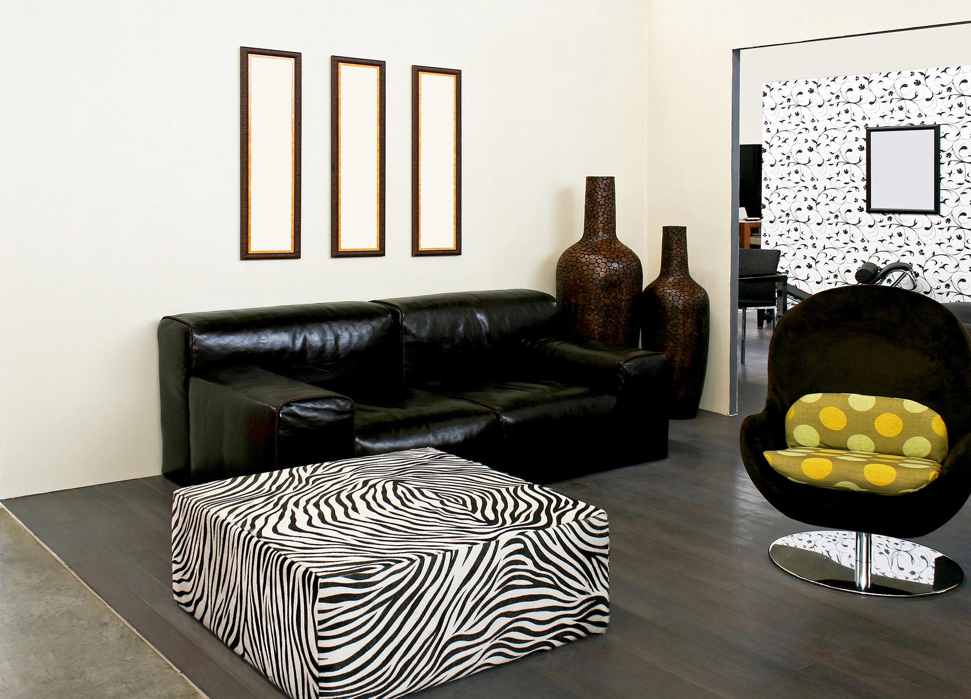 Африканский стиль в гостиной с белыми стенами