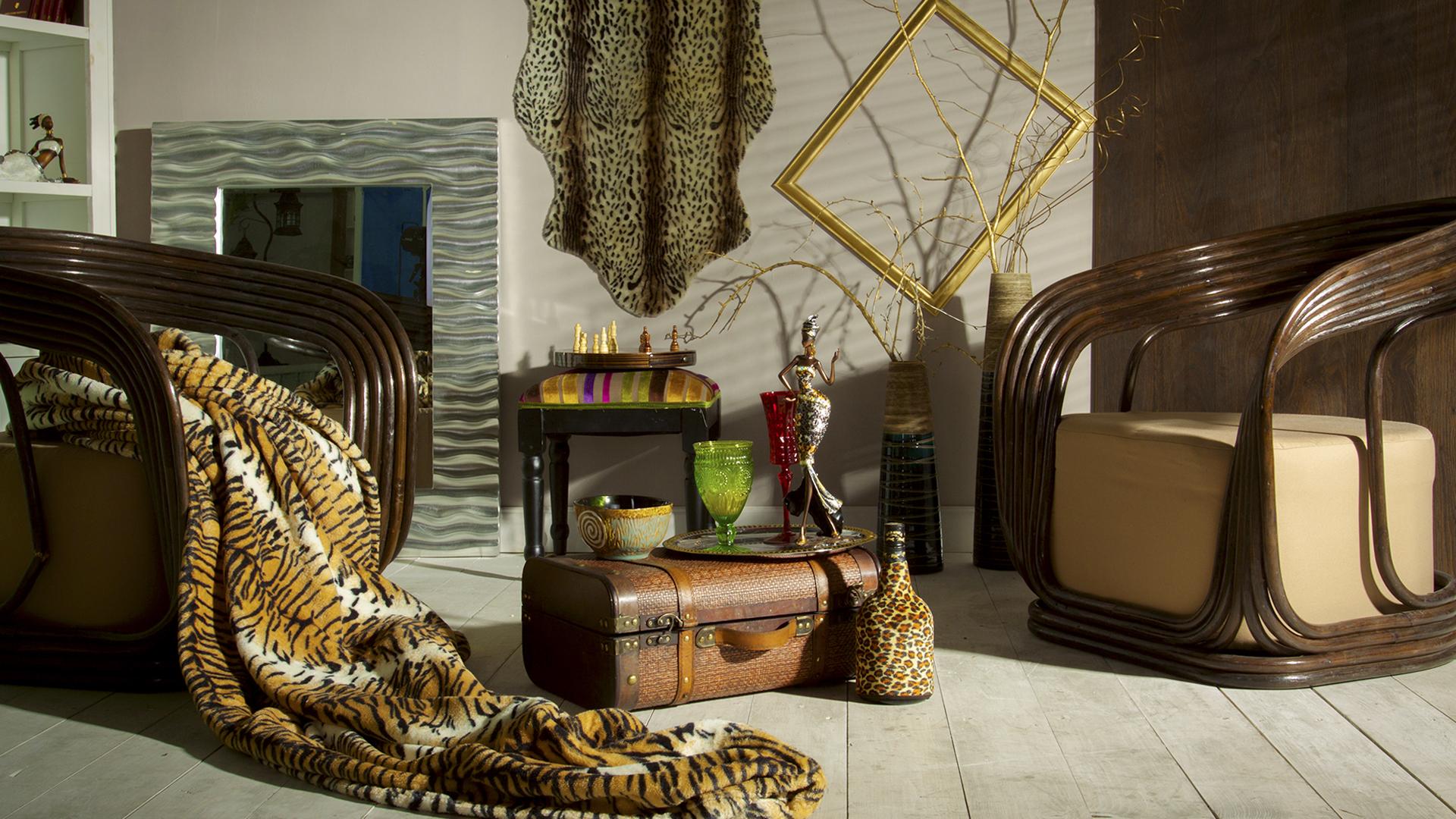 Гостиная в африканском стиле с множеством аксессуаров