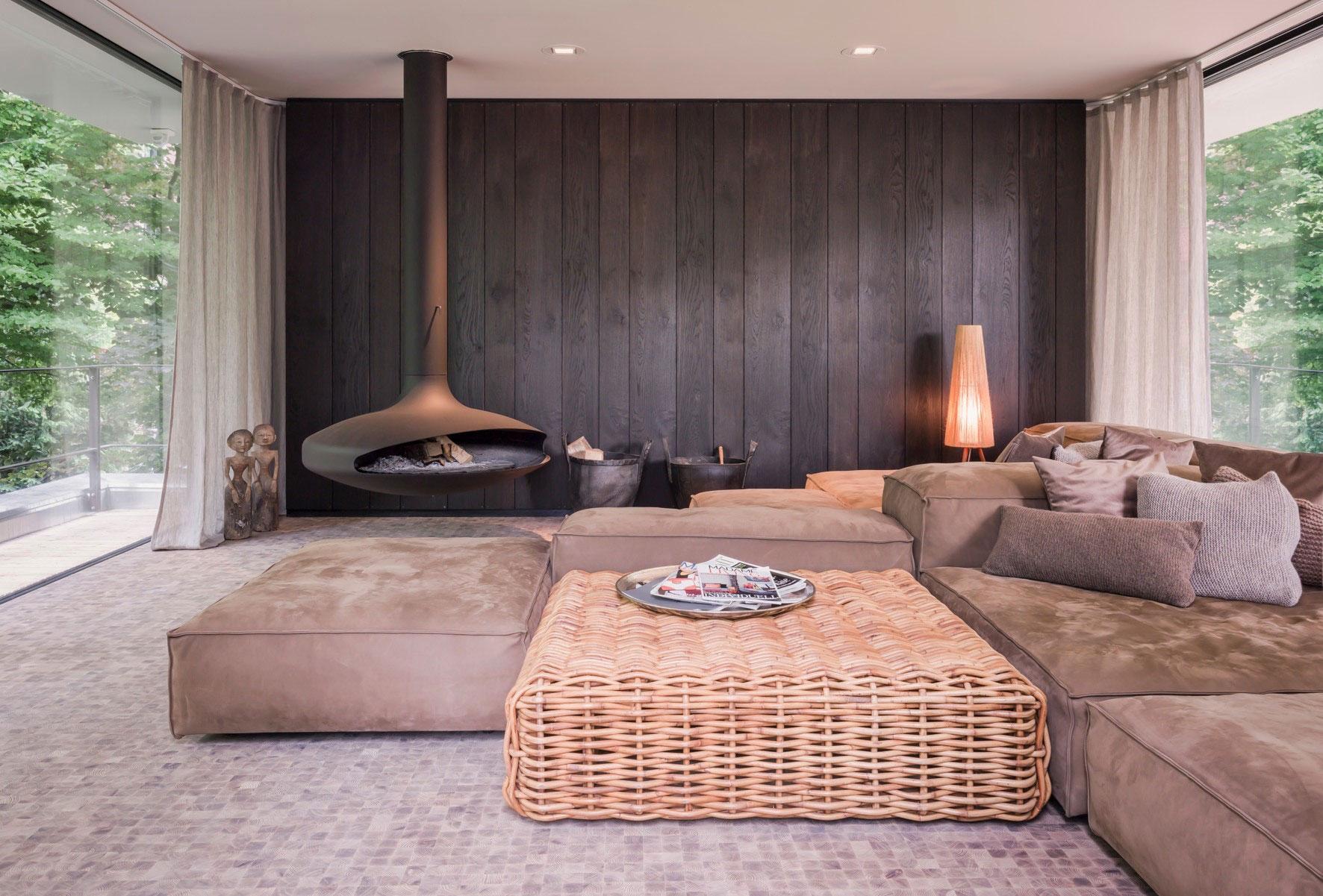 Модульный диван и плетеный кофейный столик в гостиной
