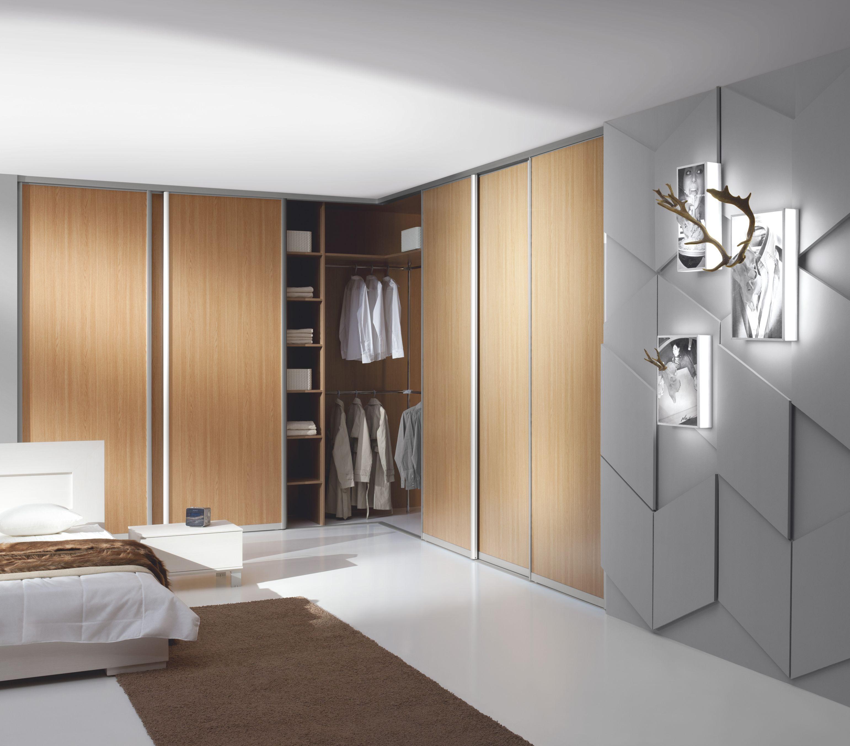 Угловой шкаф в интерьере спальни с алюминиевыми направляющими
