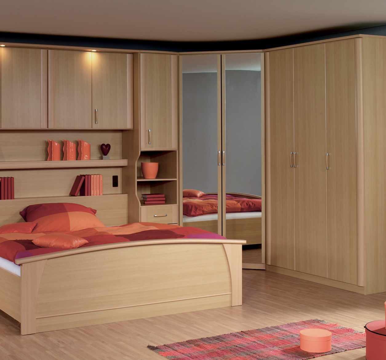 Угловой шкаф в интерьере спальни ламинированный
