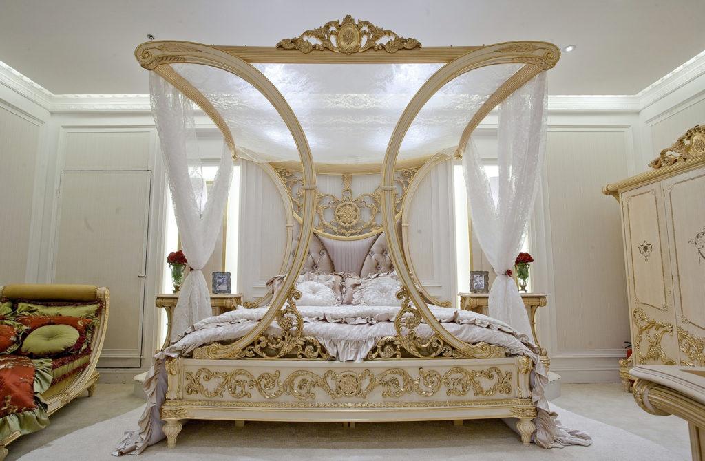 Роскошная классическая кровать с балдахином