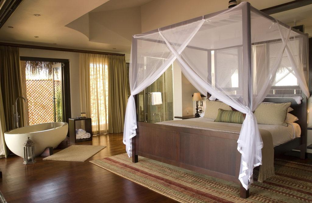 Красивый балдахин в интерьере спальни в эко-стиле