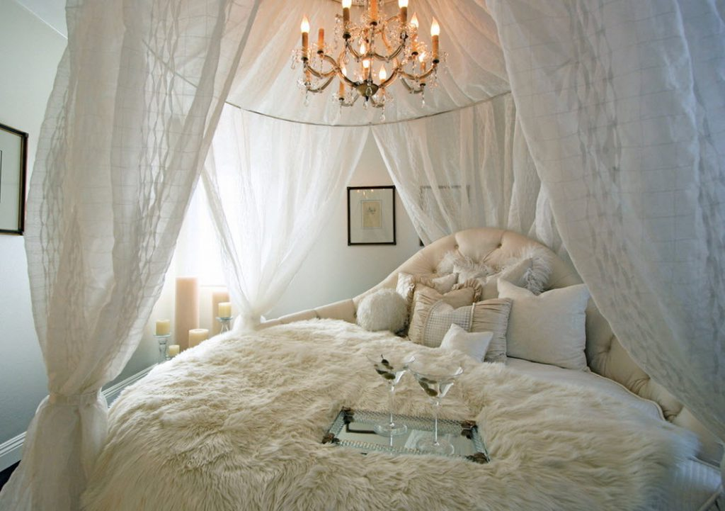 Каркасный балдахин в белой спальне