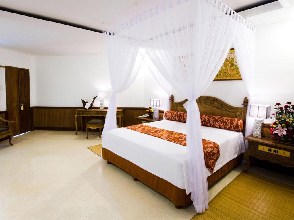 Прозрачный белый балдахин над кроватью, прикрепленный к потолку