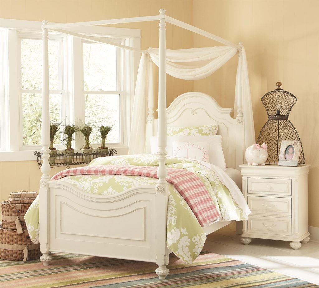 Балдахин над кроватью с рамой в детской комнате для девочки