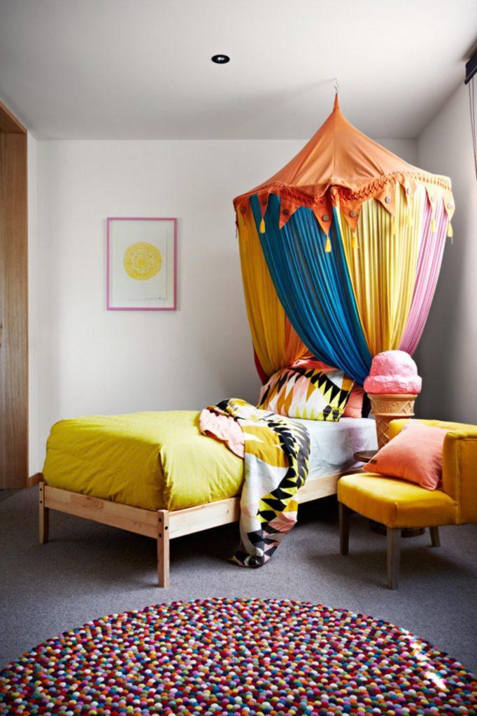 Яркий балдахин в детской комнате