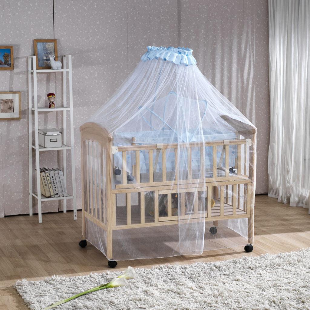 Голубой прозрачный балдахин над детской кроваткой