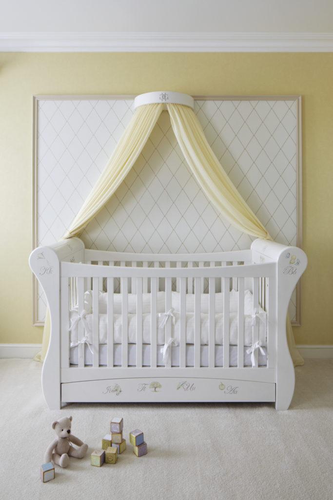 Желтый балдахин над детской кроваткой