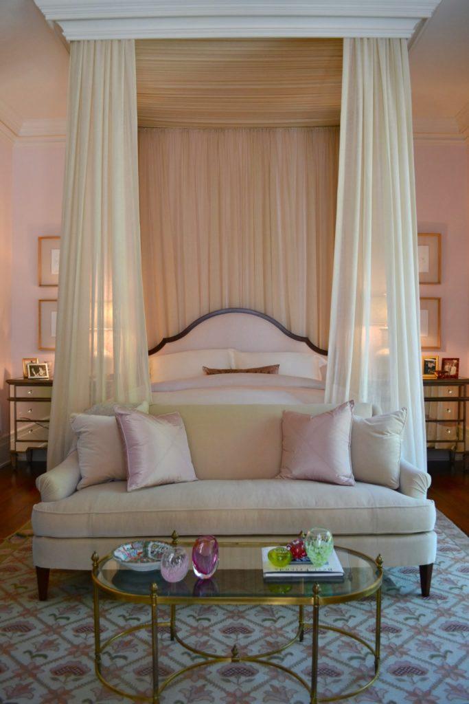 Кремовый балдахин над кроватью