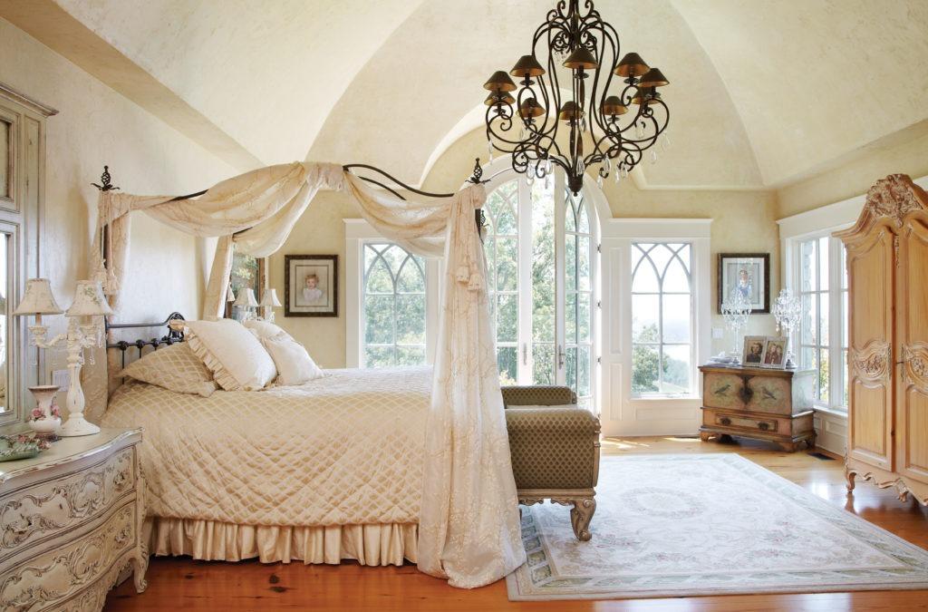Балдахин с вышивкой на раме кровати