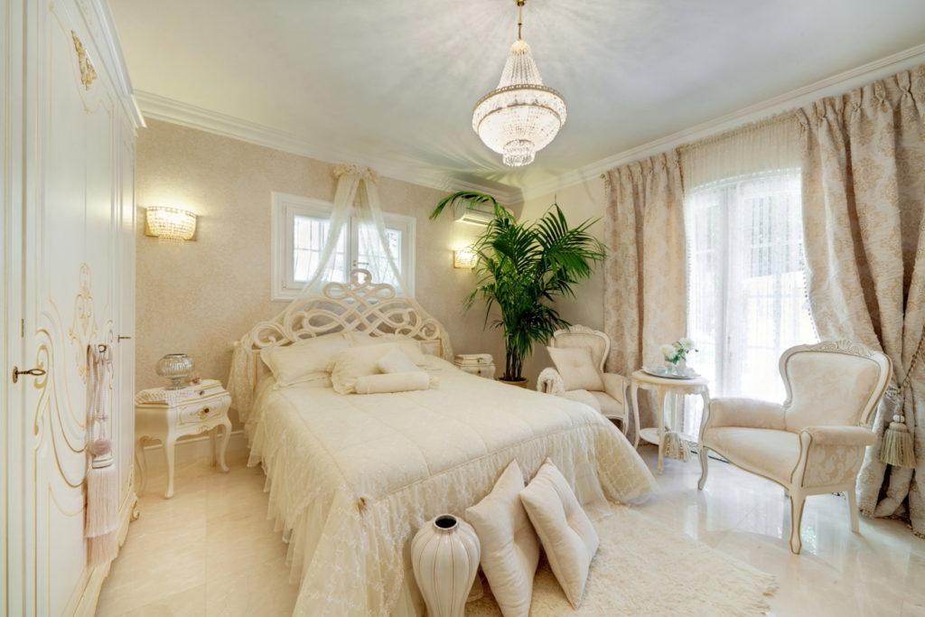 Балдахин над кроватью в кремовой спальне