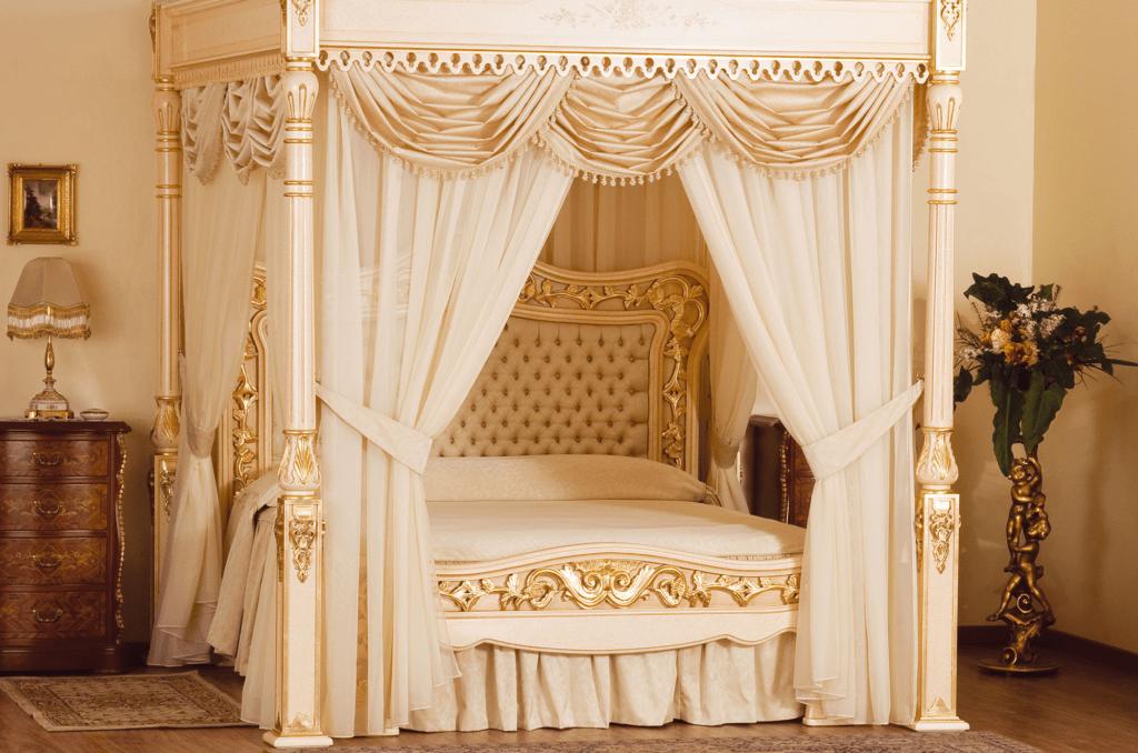 Красивый балдахин в классической спальне