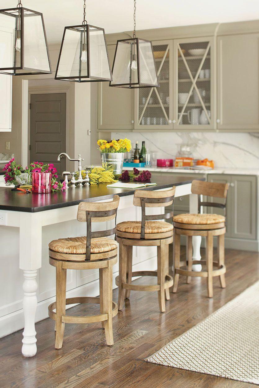 Удобные деревянные барные стулья