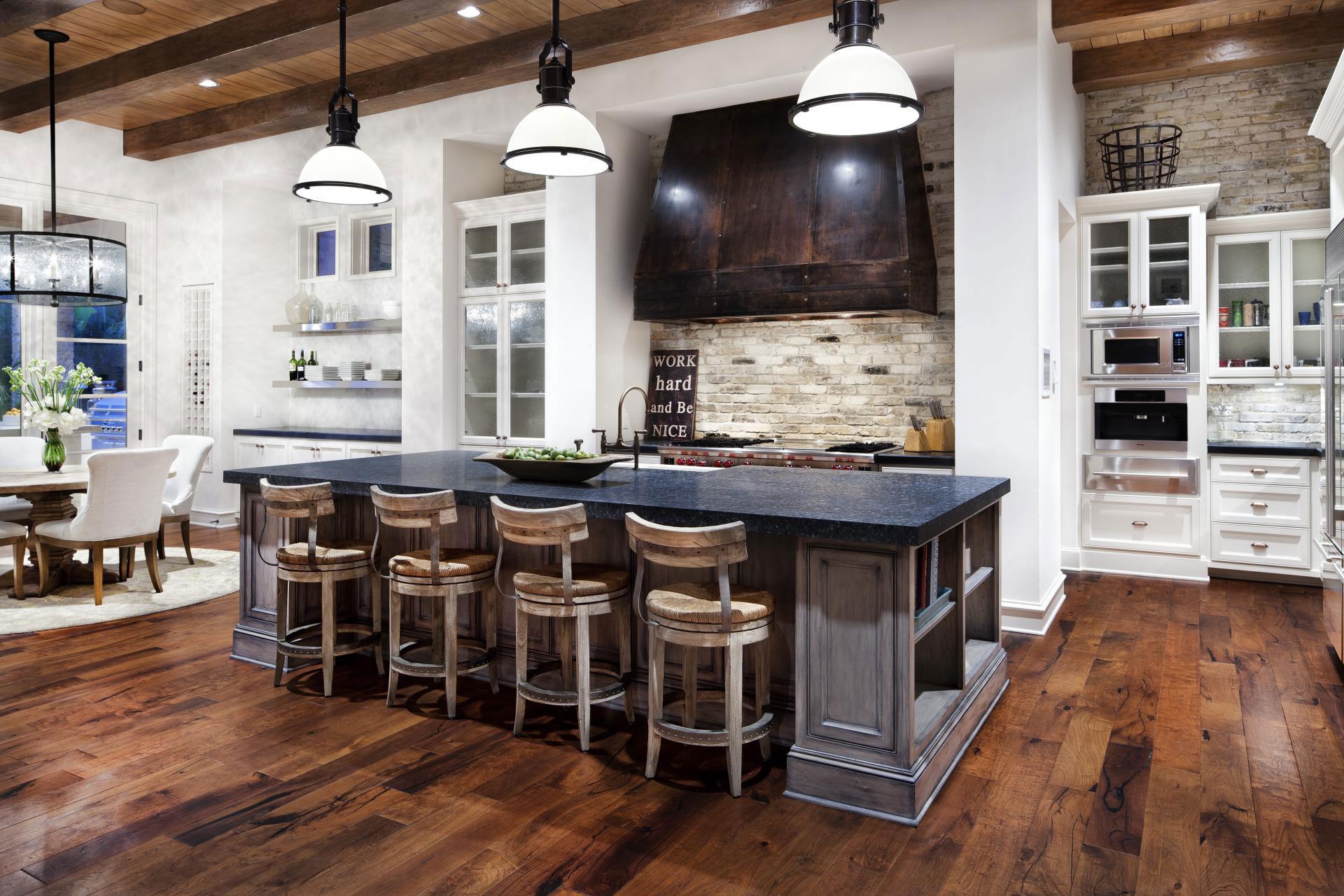 Барные стулья в классическом интерьере кухни