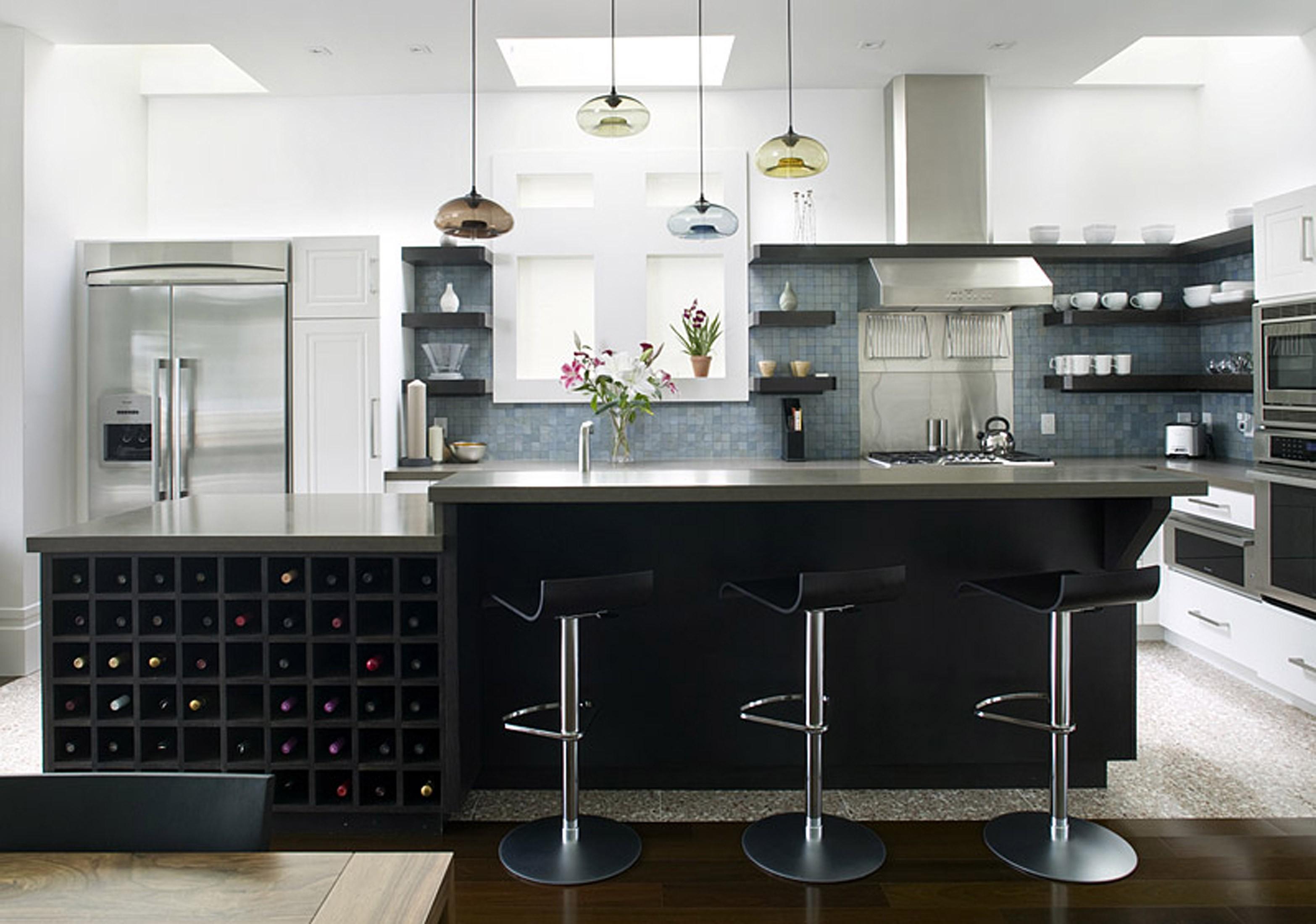 Классические барные стулья в кухонном интерьере