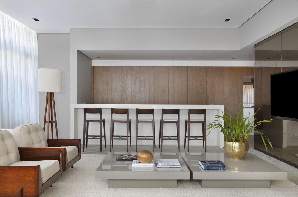 Минималистичный интерьер кухни с барными стульями