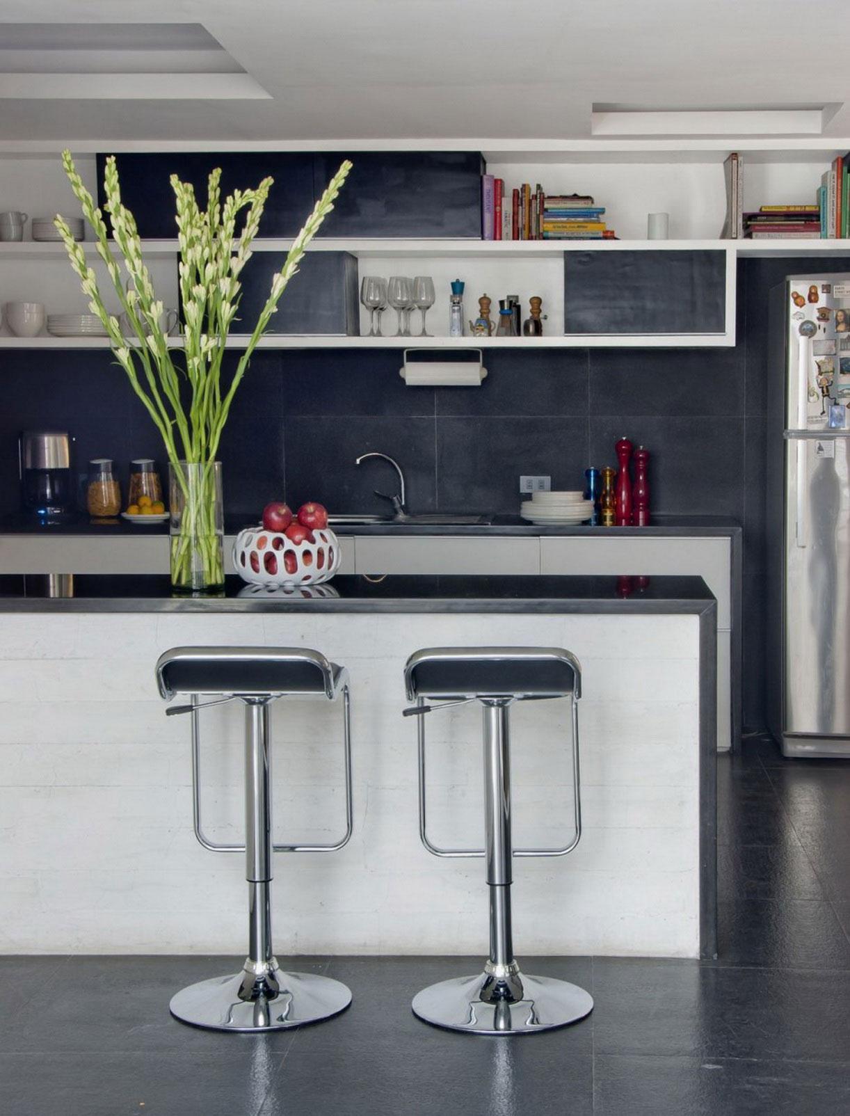 Оригинальные барные стулья в интерьере современной кухни