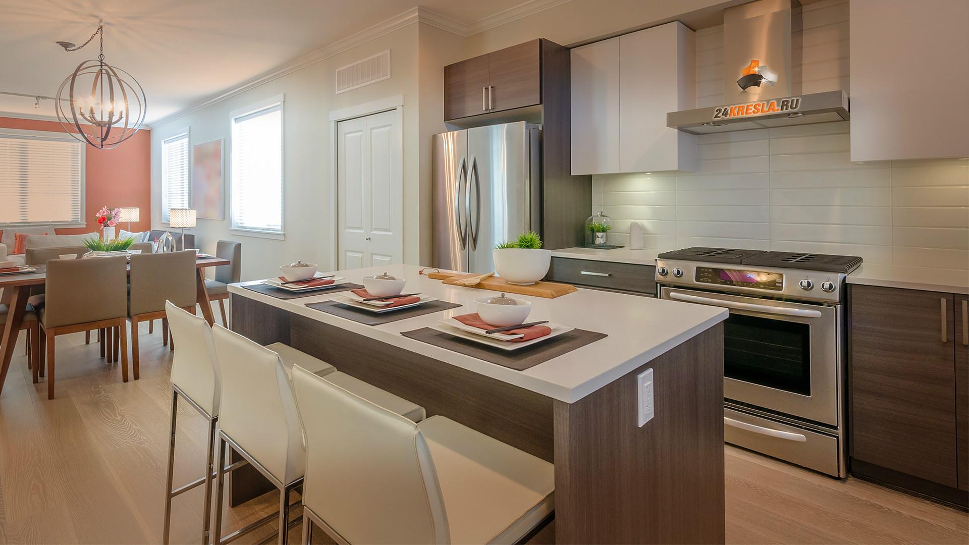 Белые барные стулья в интерьере кухни
