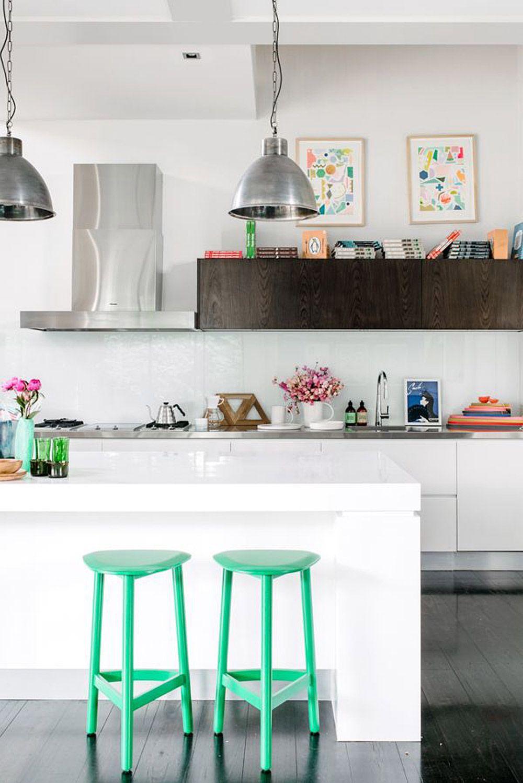 Зеленые барные стулья в интерьере светлой кухни