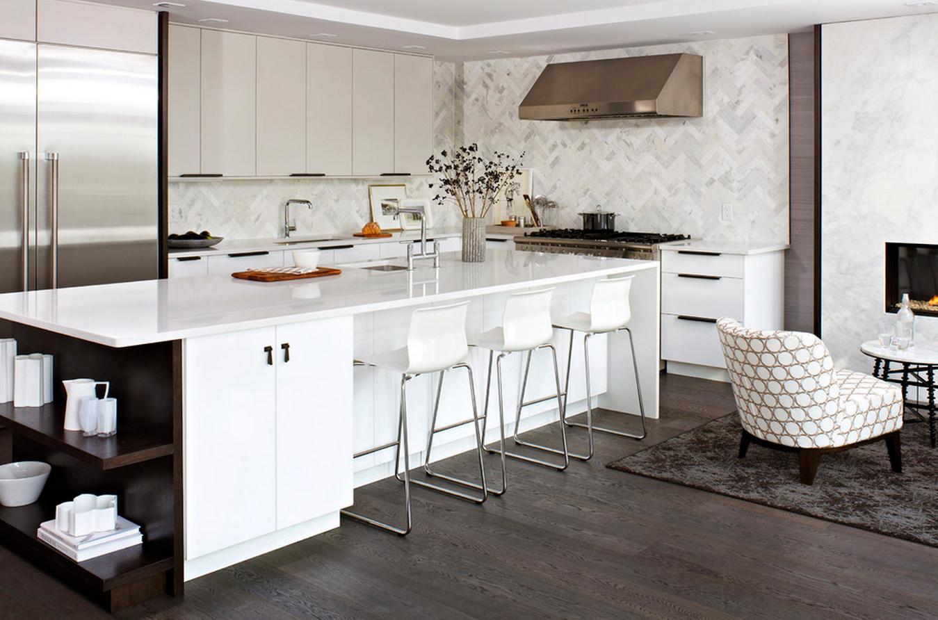Белые барные стулья из пластика и металла в светлой кухне