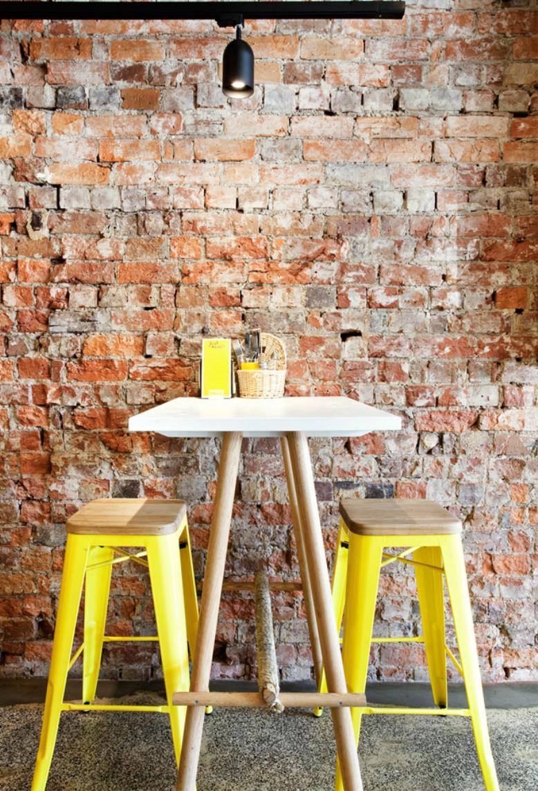 Яркие желтые барные кухонные стулья с деревянным сиденьем