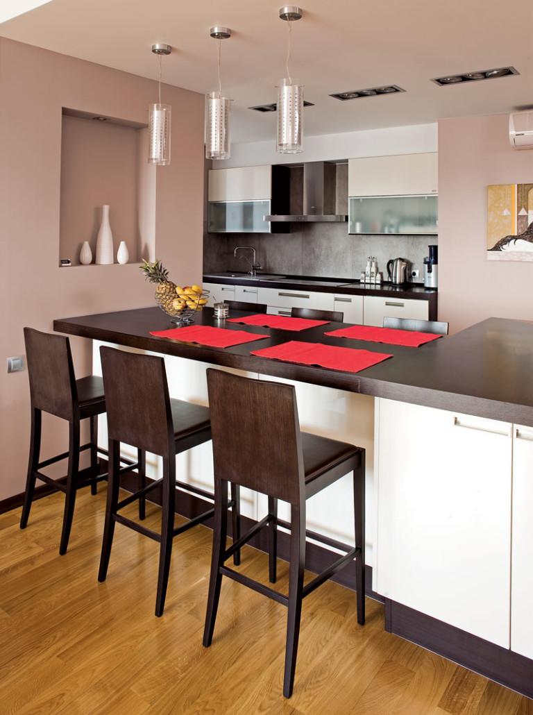 Темные деревянные барные стулья для кухни