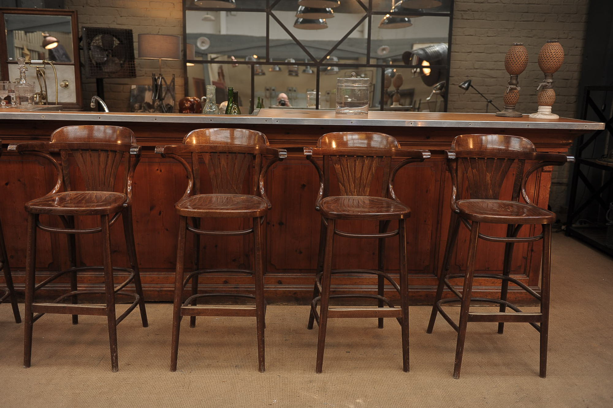 Красивые деревянные барные стулья