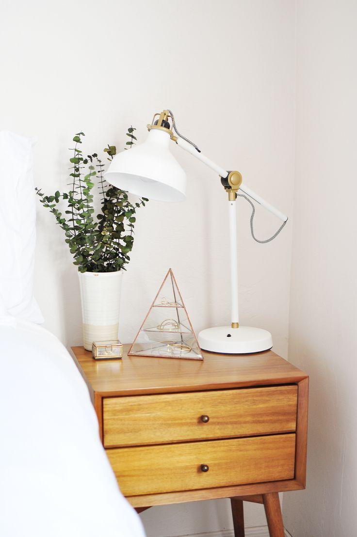 Белый прикроватный светильник