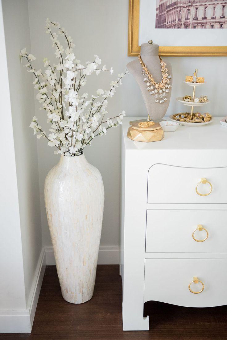 Белая напольная ваза