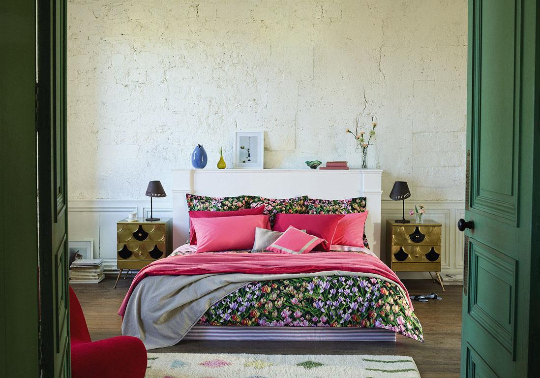 Картина над белой кроватью