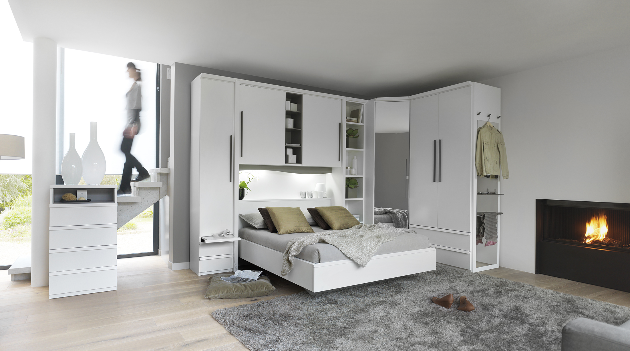 Угловой шкаф в интерьере спальни белый