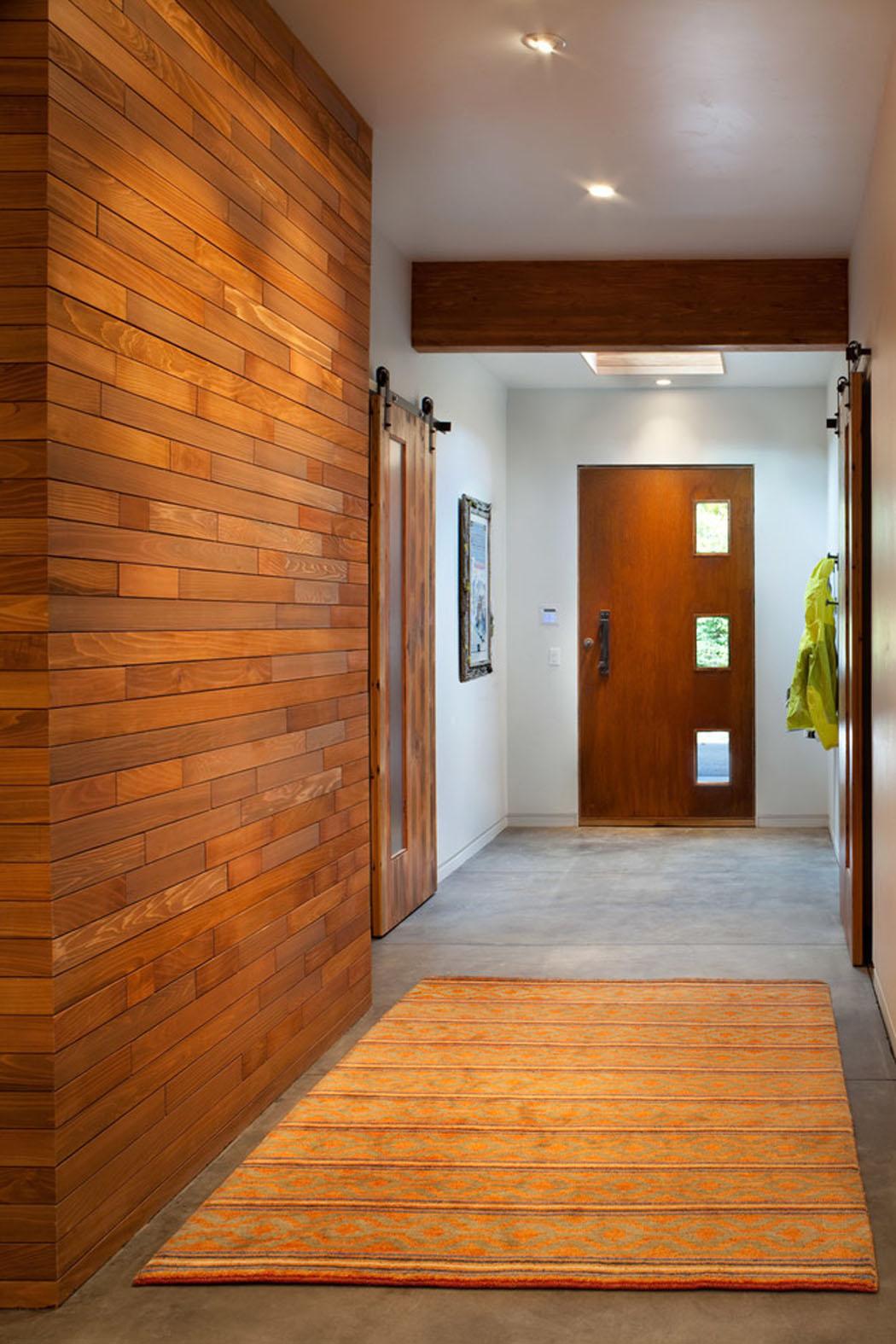 Прихожая в частном доме без мебели