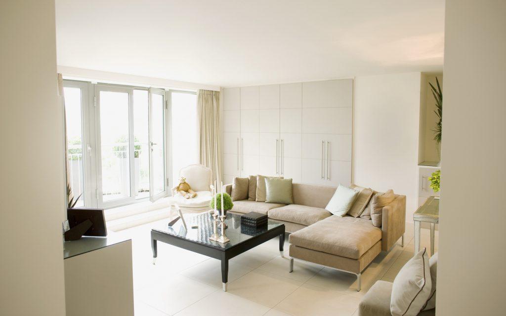 Бежевый и белый цвета в интерьере гостиной в стиле минимализм