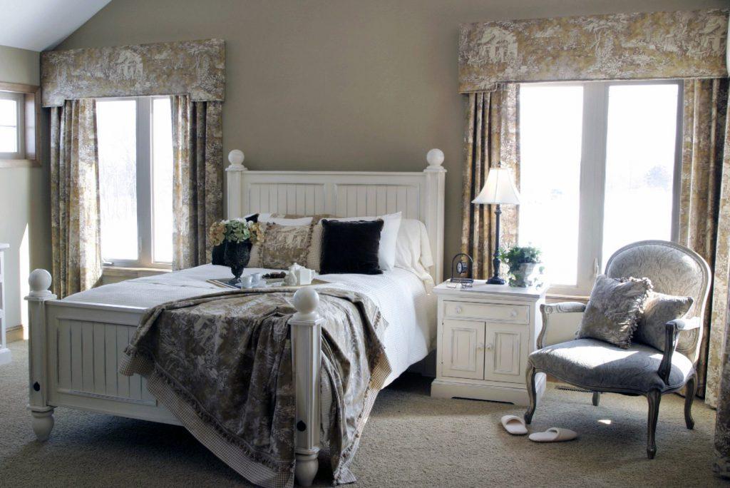 Спальня в стиле прованс с бежевыми элементами