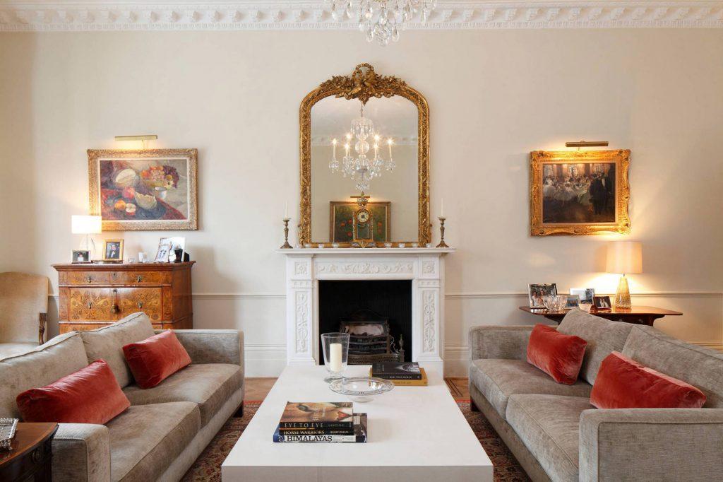 Сочетание бежевого, золотистого и белого цветов в гостиной