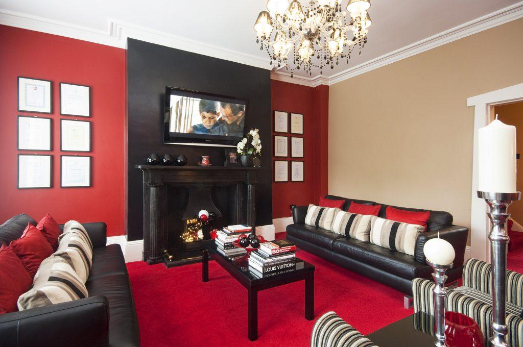 Бежевый, черный и красный цвета в интерьере гостиной