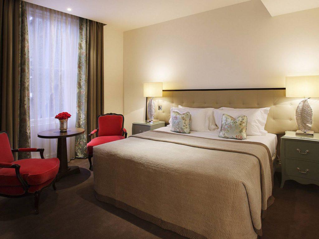 Бежевый цвет в сочетании с другими цветами в интерьере спальни