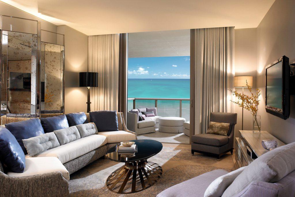 Бежевый цвет в сочетании с другими цветами в интерьере гостиной с балконом