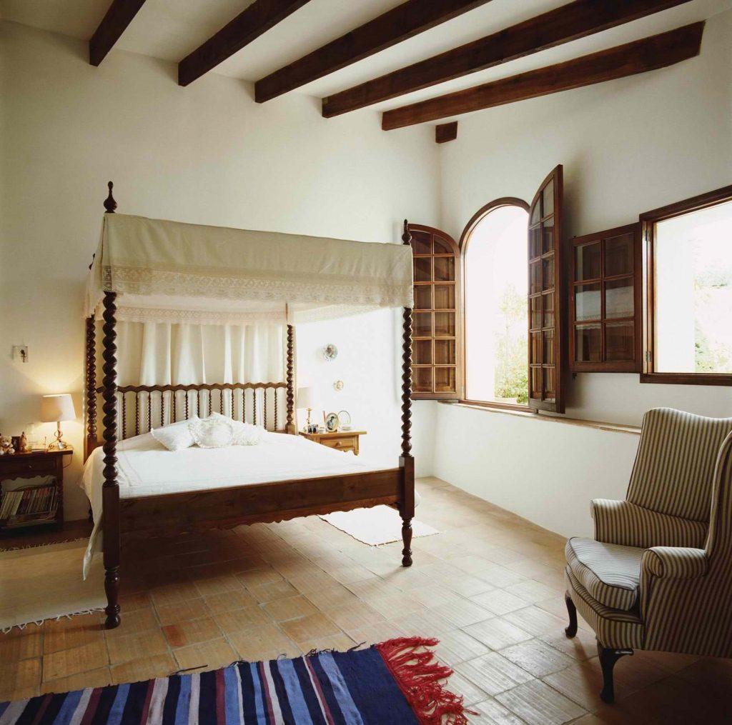 Спальня в стиле кантри в бежево-коричневых тонах