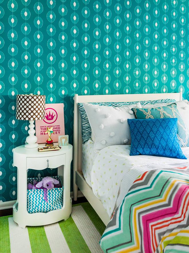 Яркий бирюзовый интерьер спальни